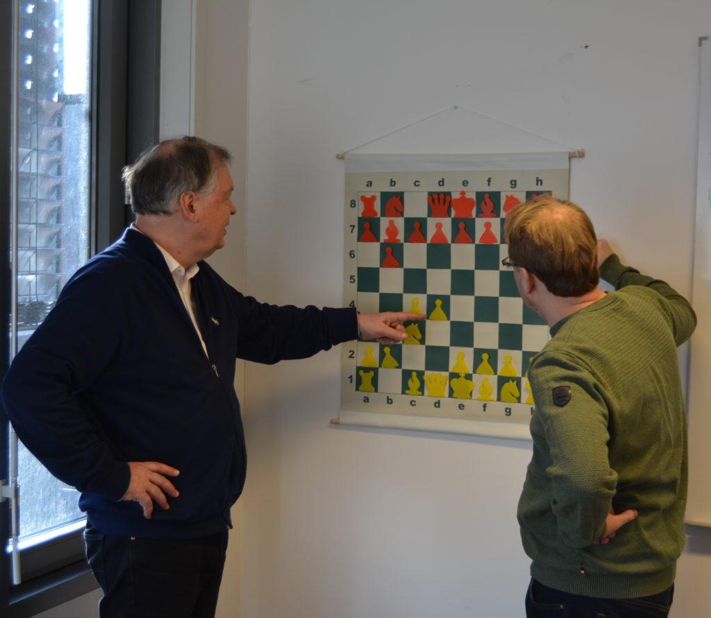 Ivrige diskusjoner på Sjakkontoret!