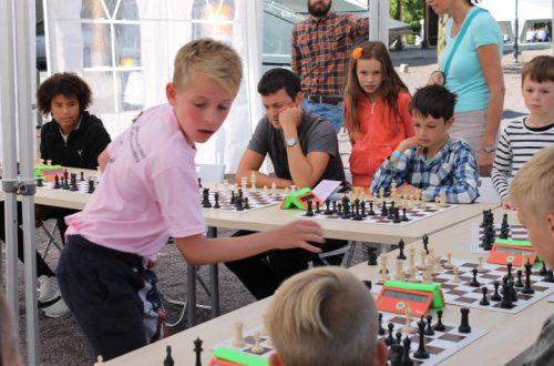 Barn som spiller sjakk